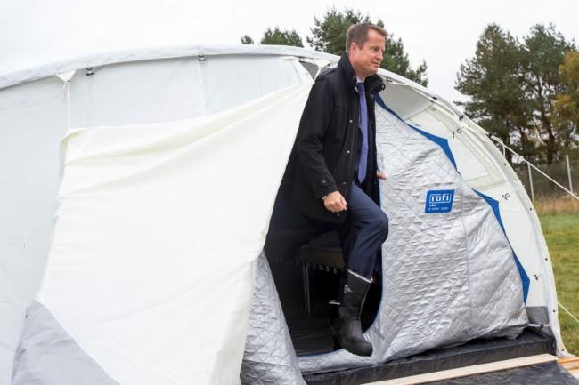 Inrikesminister Anders Ygeman inspekterar Sveriges nya tältläger. Foto: MSB