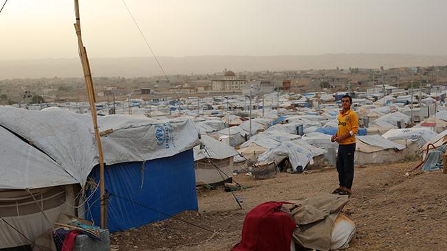 Tiotusentals visar stod till migranter