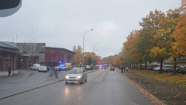 Ambulanser och polis utanför skolan i Trollhättan. Foto: Privat