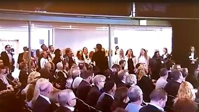 """Här sjungs det """"Halleluja"""" i kör på regeringens möte om invandring och integration. Kritiker beskriver det som """"väckelsemöte"""". Foto: Faksimil SVT Play / Facebook."""