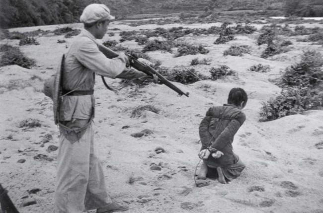 """Bonden Huang Chin-Chi avrättas av en kommunistsoldat 1 juli 1952. Huang hade begått brottet """"kapitalism"""", han ägde nämligen marken han odlade sina grödor på."""