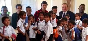 Vilka barn ska Löfven satsa på? Statsminister Stefan Löfven tillsammans med ensamkommande flyktingbarn i bakgrunden. Kambodjanska barn, som svenska Sida hjälper med skolgång, i förgrunden. Foto: Regeringen/Sida