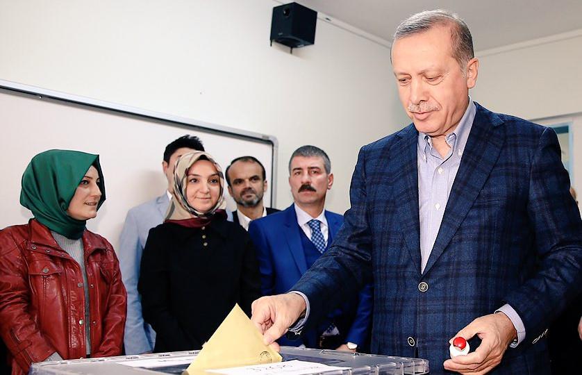 Turkiets pesident Recep Tayyip Erdoğan röstar under söndagen. Foto: Twitter