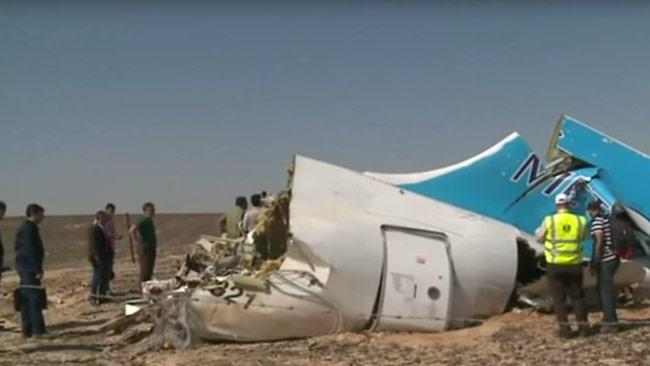 Vrakdelar av flygplanet ligger på marken. Foto: Faksimil Youtube / Ruptly.tv