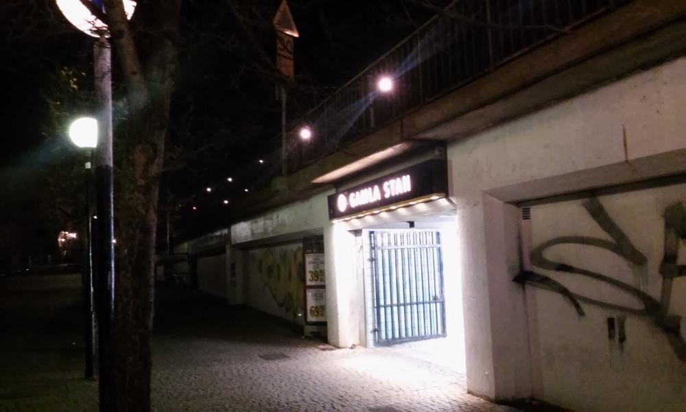 Det var här, vid ingången till Gamla stans tunnelbanestation i centrala Stockholm, som en man knivhöggs i magen natten till söndagen. Foto: Nyheter Idag