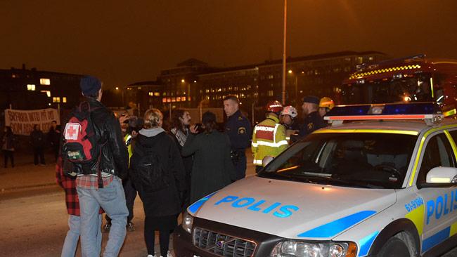 Polis, ambulans och räddningstjänst anlände under söndagskvällen till tiggarlägret i Malmö efter att ett knallskott kastats mot det. Foto: Topnews
