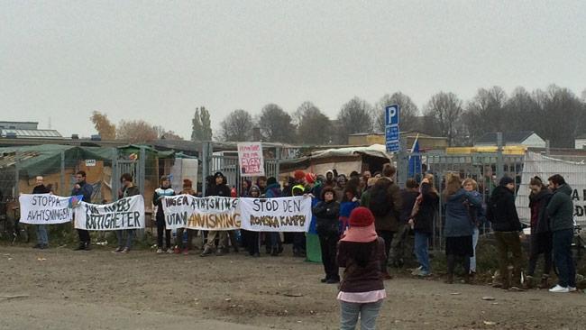 Här har människor samlats för att blockera ingången till lägret. Foto: Privat