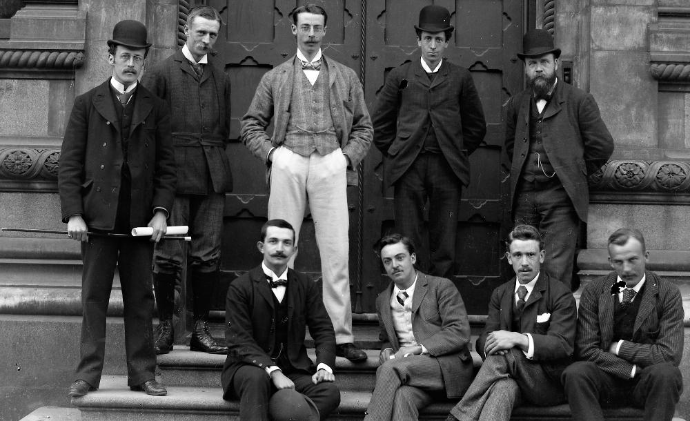 Nio irländska män i Dublin, Irland, under 1890-talet. Foto: National Library of Ireland