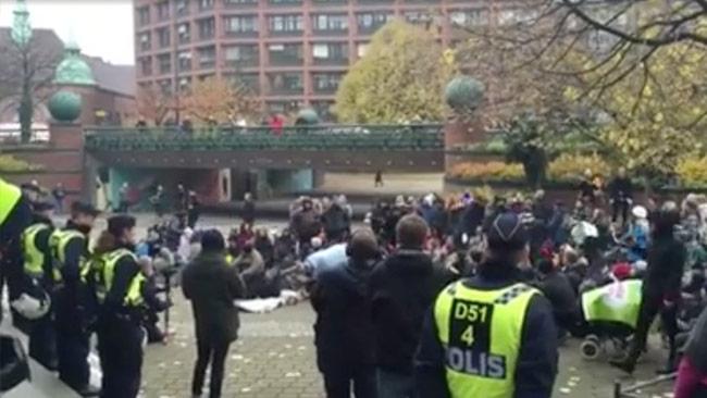 Här närvarar polisen vid en protest utanför stadshuset i Malmö. Foto: Faksimil ur Facebookvideo