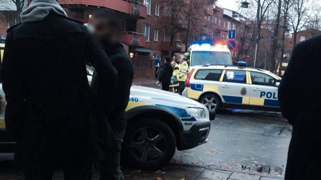 Ett stort slagsmål med påkar bröt ut i Skarpnäck i södra Stockholm. Foto: Privat