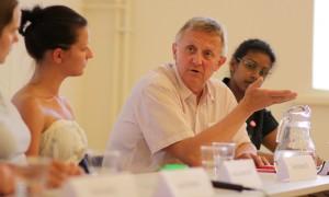 Staffan Danielsson diskuterar djurrättsfrågor. Foto: Djurens rätt