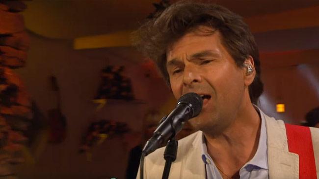 Niklas Strömstedt sjunger hos TV4. Foto: Faksimil Youtube