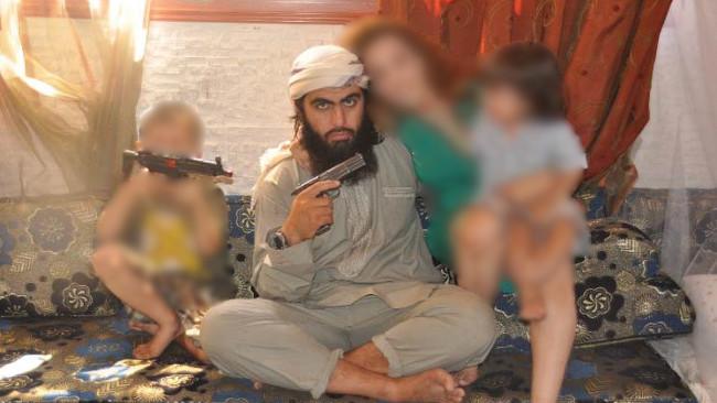 Hassan Mostafa Al-Mandlawi tillsammans med  en kvinna och två barn. Foto: Polisen