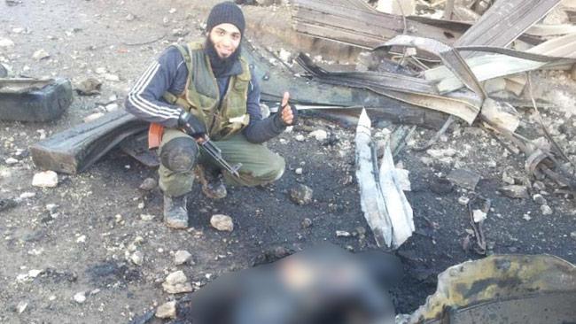 Hassan Mostafa Al-Mandlawi framför liket av en sönderbränd människa. Foto: Polisen