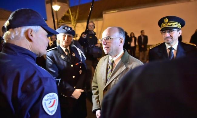 Frankrikes inrikesminister Bernard Cazeneuve inspekterar den franska polis- och brandkåren inför nyår, 31 december 2015. Foto: Franska inrikesdepartementet