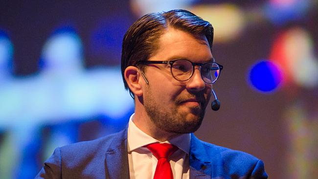 Sverigedemokraternas partiledare Jimmie Åkesson menar att konflikten går mellan de som bygger landet och de som raserar det i Sverigedemokraternas nya reklamfilm. Foto: Nyheter Idag