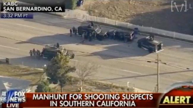 Bilder från Fox News som visar dramatiken runt den svarta stadsjeepen som omringades vid ett villaområde. Foto: Faksimil Youtube