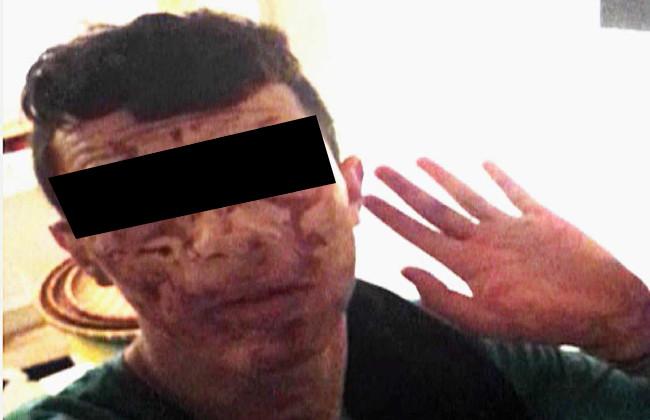 Mördaren, nedsmetad av offrets blod, fotograferade sig själv efter dådet. Foto: Polisens förundersökninsgprotokoll