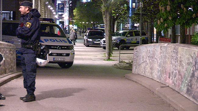 Polis på plats i Tensta. Bilden är tagen vid ett annat tillfälle. Foto: Nyheter Idag