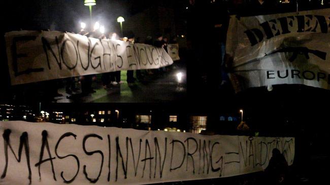 Utanför ett asylboende demonstrerades det med hemmagjorda banderoller. Foto: Privat