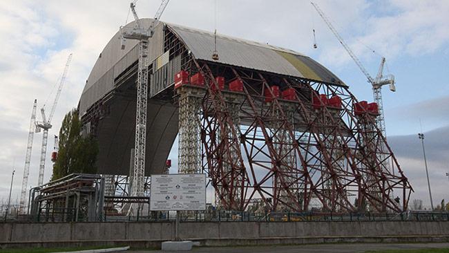 Här byggs den stora sarkofagen som ska täcka kärnkraftverket. Foto: Tim Porter / Wikimedia Commons