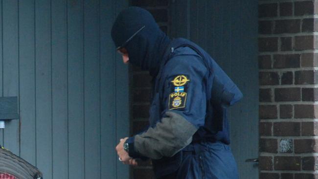 Polisman tar på sig skyddsväst. Foto: Nyheter Idag
