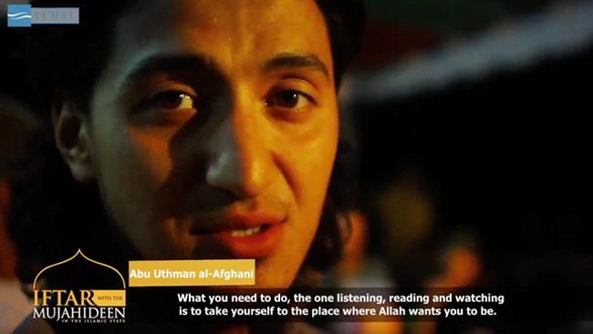 Mannen i videon uppmanar den som tittar att ansluta sig till terrorstaten IS. Foto: Faksimil Youtube