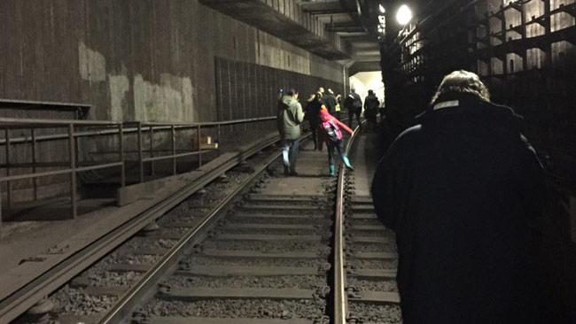 På Twitter laddas det upp bilder som visar hur folk tvingas gå på spåren.
