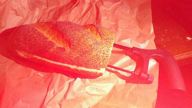 Kinnunen fick en bågfil i en brödlimpa som present efter rättegången. Foto: Privat / Facebook