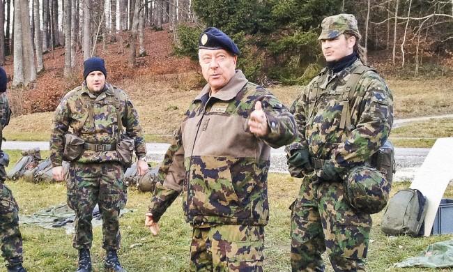 André Blattmann tillsammans med soldater under ett överraskningsbesök. Foto: Schweiziska armén