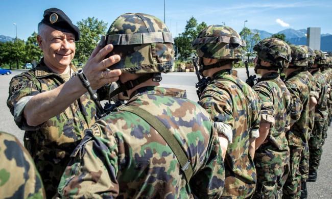 Det är viktigt att hjälmen sitter rätt. André Blattmann inspekterar rekryter till ett pansarförband. Foto: Schweiziska armén