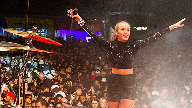 Swedish popstar Zara Larsson performing in central Stockholm, August 2015. In the crowd dozens of young  girls were groped by immigrants from Afghanistan and Syria. Photo: Creative Commons / Stockholms stad