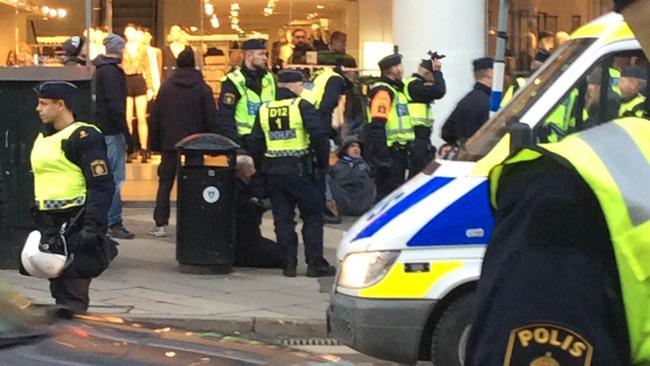 Polisen grep tre personer som bråkade. Foto: Läsarbild