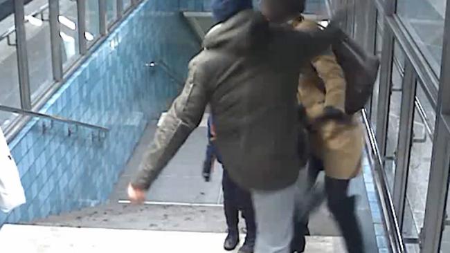 Här går mannen till attack mot mamman framför två minderåriga barn. Foto: Polisen