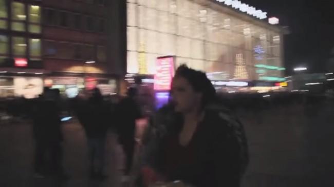 Kvinnor tar sina tillhörigheter och springer skräckslagna bort från kaoset och närgångna och tafsande män. Foto: Youtube