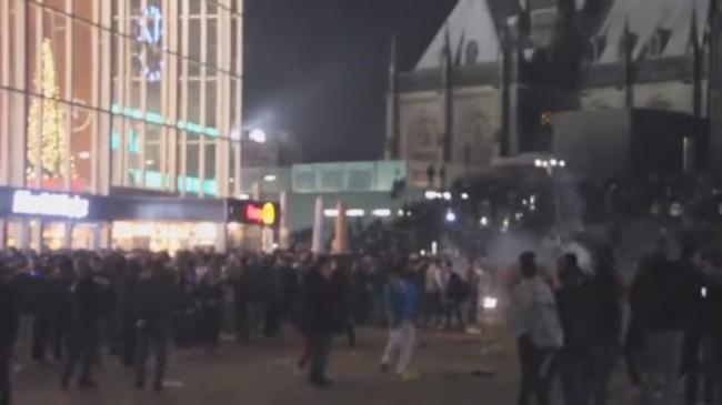 Kaotiskt utanför Kölner Hauptbahnhof i Köln. Foto: Youtube
