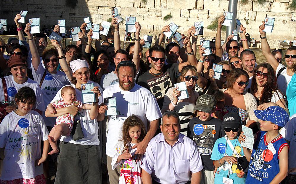 Judiska migranter från Storbritannien med sina nya identitetshandlingar. Foto: Jewish Agency