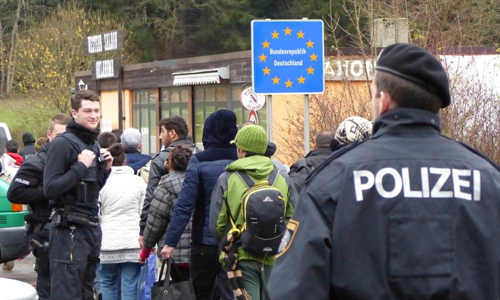Migranter vid gränsen till Tyskland. Foto: Metropolico.org