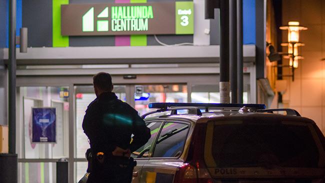 Utanför Hallunda centrum stod poliser och vaktade. Foto: Nyheter Idag