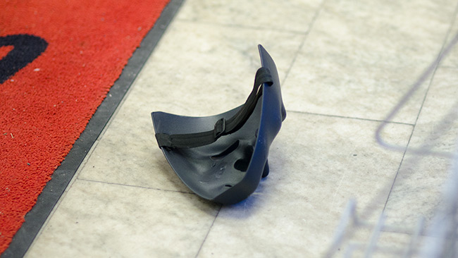 En svart mask låg på golvet i butiken efter rånet. Foto: Nyheter Idag