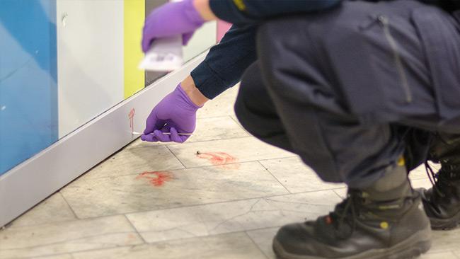 Här topsar polisens tekniker blodspår på golvet och vid en vägg. Foto: Nyheter Idag