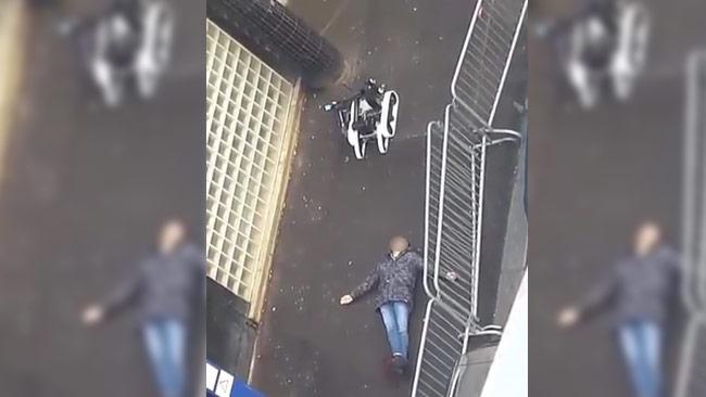Här ligger den skjutne mannen på livlös på rygg. Foto: Faksimil Youtube