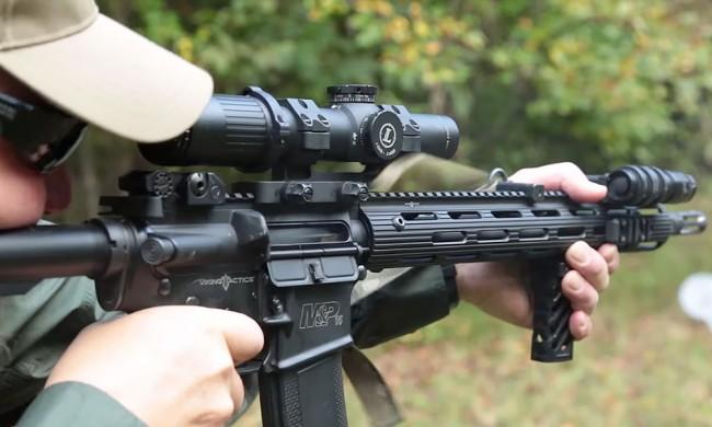 Skärmdump ur reklamfilm från SMith & Wesson.