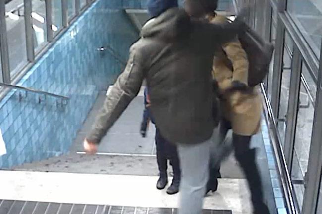 Här går mannen till attack mot mamman framför hennes barn. Foto: Polisen