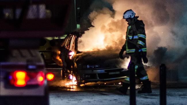 Myndigheterna tappar kontrollen. Bilden är tagen 1 februari i år i förorten Norsborg - ett av de farligaste områdena. Foto: Nyheter Idag