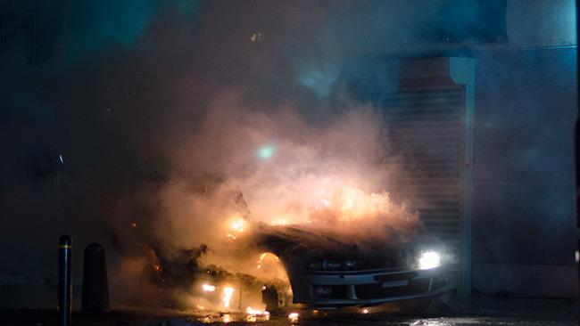 Det var stor risk för att branden skulle sprida sig till intilliggande byggnad. Foto: Nyheter Idag