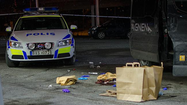På marken ligger rester efter att sjukvårdspersonal kämpat med att hålla mannen vid liv. Foto: Nyheter Idag