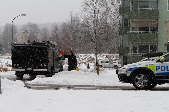 Polisen är på plats utanför asylboendet. Foto: Nyheter Idag