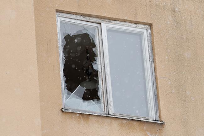 Ett fönster var krossat i en lägenhet på tredje våningen i det hus där polisen arbetar. Foto: Nyheter Idag