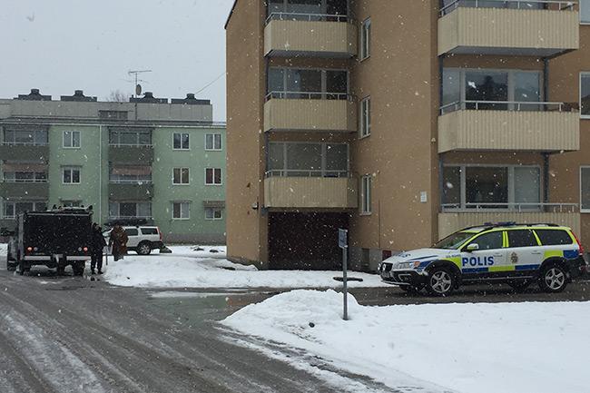 Polisen arbetar utanför asylboendet på fredagsmorgonen. Foto: Läsarbild